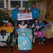Freudenmoment für sozial Benachteiligte: RUEDIRENNT übergibt einen Check – hier im Kinderheim Therapeion in Zizers.